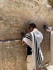 Temple Youth praying at Western Wall during NFTY in Israel (2021)