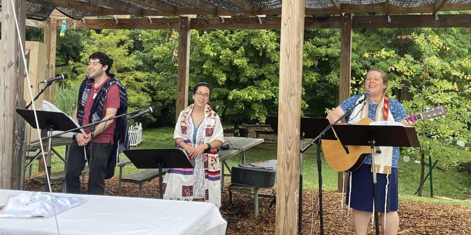 Rabbi Rachel Ackerman, Rabbi Educator Joshua Gischner, and Cantorial Soloist Emily Meyer leading first post-pandemic outdoor Erev Shabbat service (July 9, 2021)